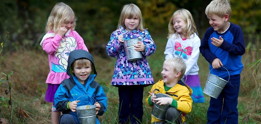 Zaaien, water geven en oogsten zijn werkzaamheden voor kinderen in de moestuin