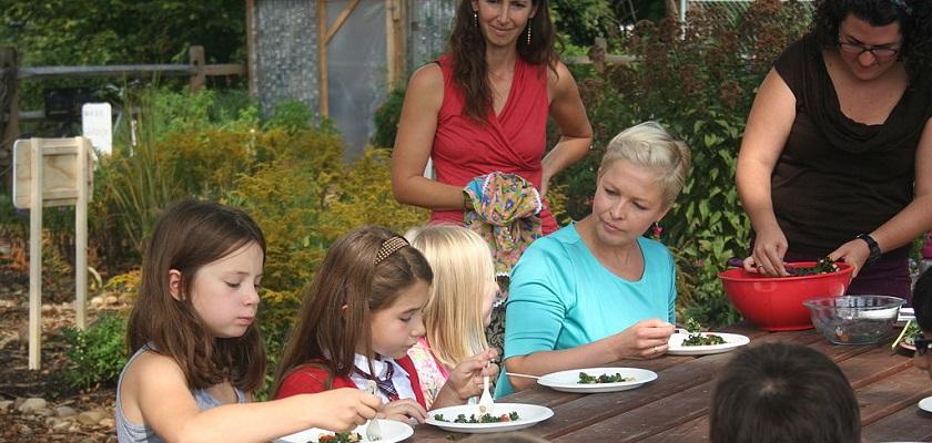 Bij moestuinieren hoort koken om de kinderen gezonder te keren eten.